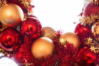 рождественский венок из елочных шаров